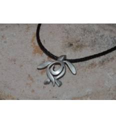 Pendentif tortue stylise sur cordon cuir