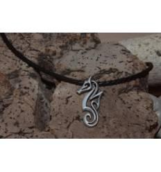 Pendentif hippocampe stylise sur cordon de cuir